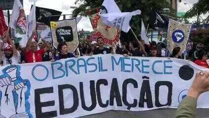 Manifestantes saíram em caminhada pela Avenida Fernandes Lima