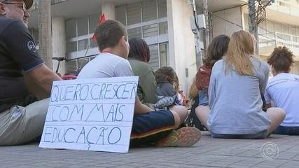 Manifestantes protestam contra cortes na Educação em Sorocaba