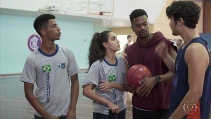Gabriela pede para treinar com os meninos