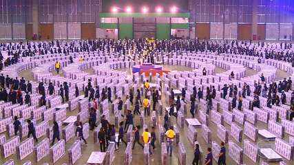Veja como foi a preparação para quebra do recorde de maior dominó humano com colchões