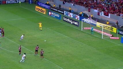Perdeu! Diego Alves defende cobrança de Pikachu, aos 12 do 2º tempo