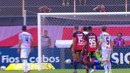 Gedoz cobra falta de longe e Rodrigo Viana cai no canto certo para fazer boa defesa, aos 28' do 1º tempo