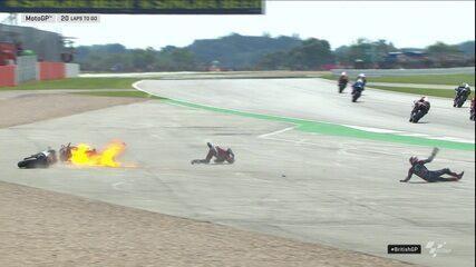 Moto de Dovizioso pega fogo na largada e piloto cai com Quartararo