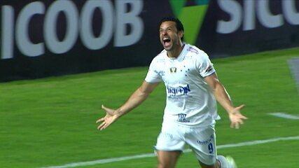 Gol do Cruzeiro! Thiago Neves sobe na área e cabeceia, Jordi espalma e Fred pega o rebote e abre o placar, aos 10 do 1º tempo
