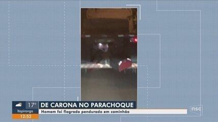 Homem é flagrado pendurado em para-choque de caminhão em Rio do Sul