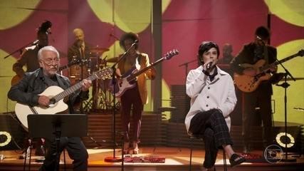 "Fernanda Takai e Roberto Menescal cantam ""Debaixo Dos Caracóis Dos Seus Cabelos"""