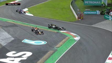 Grosjean roda, mas consegue segurar o carro e não sai da pista