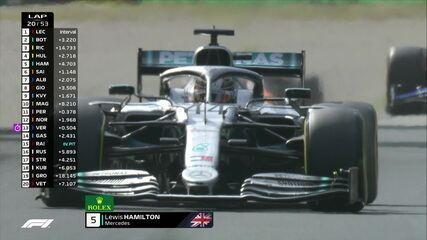 Lewis Hamilton faz pit stop e volta em quinto lugar