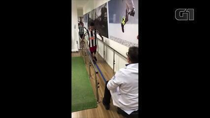 Menino que perdeu perna em acidente com linha chilena dá primeiros passos com prótese