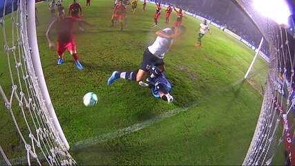 Anulado! Raul vira para o Vasco, mas VAR acusa falta de Henríquez em Santos aos 40 do 2º tempo