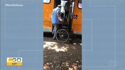 Cadeirante tem que se arrastar para entrar no ônibus, em Itumbiara