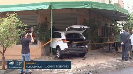 Carro invade restaurante após colisão no Jardim Irajá em Ribeirão Preto, SP