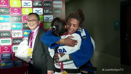Rafaela Silva e Eleudis Valentim se abraçam para comemorar medalhas de bronze do casal no Grand Slam de Judô