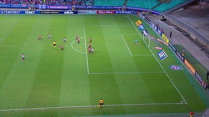 Fernandão tenta de fora da área após contra-ataque, mas erra o alvo aos 7 do 1º tempo