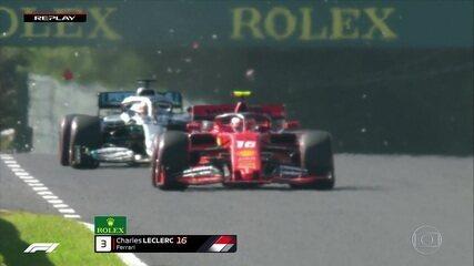 Imagem mostra pedaços do carro de Leclerc atingindo carro de Hamilton