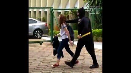 PM surpreende filha na escola vestido de Batman e bomba na web