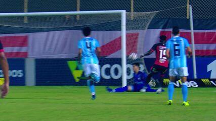 Caicedo recebe a bola sem marcador, mas chuta no goleiro César, aos 20 minutos