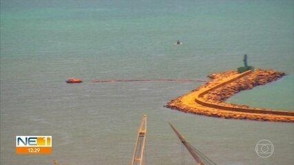 Boias de contenção são colocadas no Porto do Recife para proteger rios do óleo