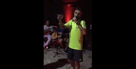 Rafinha provoca Renato Gaúcho em improvisação em samba após classificação do Flamengo