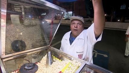 Pipoqueiro faz sucesso ao vender pipoca no mesmo lugar há 45 anos