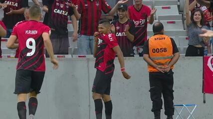 Gol do Athletico-PR! Rony recebe lançamento, invade a área e toca no cantinho do gol, aos 7' do 2º tempo