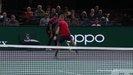 Benoit Paire dá show com dois lances por baixo das pernas e ganha o ponto sobre Gael Monfils no Masters 1000 de Paris