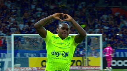 Gol do Cruzeiro! Sassá bate de fora da área no ângulo do gol de Douglas, aos 28' do 2º tempo