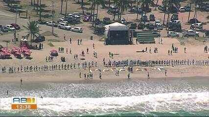 Banhistas realizam homenagem a voluntários que retiraram óleo das praias