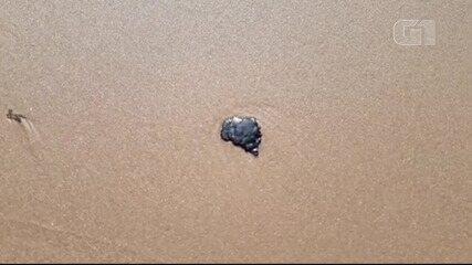 VÍDEO: Manchas de óleo aparecem na Praia de Bombaça, no distrito de Barra Grande em Maraú
