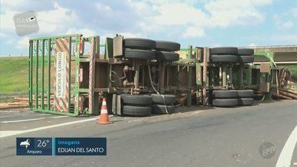 Caminhão com 54 toneladas de eucalipto tomba na Rodovia Luiz de Queiroz, em Piracicaba