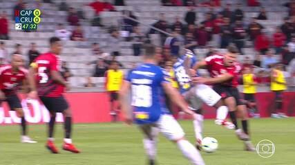 Bruno Guimarães e Sassá ficam caídos após disputa de bola, e volante leva a pior