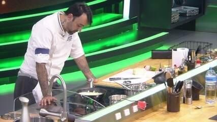 Participante se enrola durante a preparação de seu prato no Mestre do Sabor