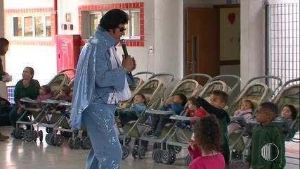 Cover do Elvis Presley faz show para crianças do Centro Educacional Jabuti