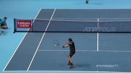 Federer trabalha no jogo de fundo e aplica deixadinha sensacional para matar o ponto