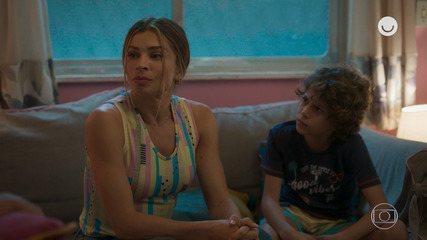 Teaser 'Bom Sucesso' 19/11: Paloma conta para família que está namorando Marcos