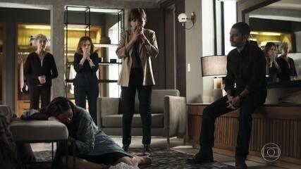 Beatriz fica indignada ao ver Camilo jogar sanduíche no chão para que Vivi coma