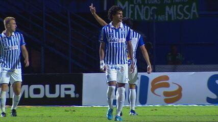 Matheus Barbosa é expulso após mostrar o dedo para a torcida do Avaí, aos 12' do 2ºT