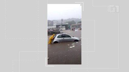 Carros ficam presos em alagamento no Largo do Retiro, em Salvador