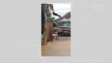 Vídeo: morador do bairro do Uruguai salta de varanda de casa e mergulha na água da chuva