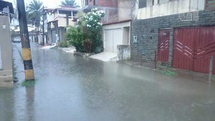 Loteamento Recanto de Itapuã é invadido por água da chuva no fim da manhã desta terça