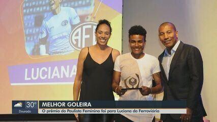 Atleta da Ferroviária recebe prêmio de melhor goleira pelo Paulista Feminino