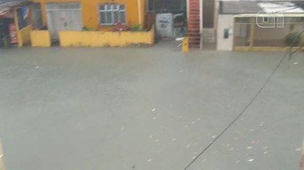 Bairro da Liberdade é invadido pela chuva no início da tarde desta terça-feira