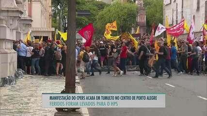Protesto de servidores contra pacote do governo acaba em confronto em Porto Alegre
