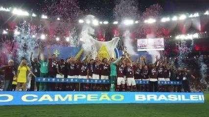 Presidente da CBF levanta a taça do Brasileirão sete vezes antes de entregá-la ao Flamengo