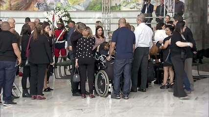 Família de Gugu Liberato participa de velório do apresentador em SP