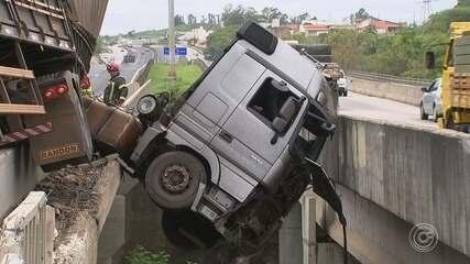 Caminhão bate em defensa metálica de viaduto e cabine fica pendurada na Raposo Tavares