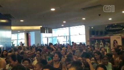 Black Friday: Multidão amanhece na porta de shopping em Salvador