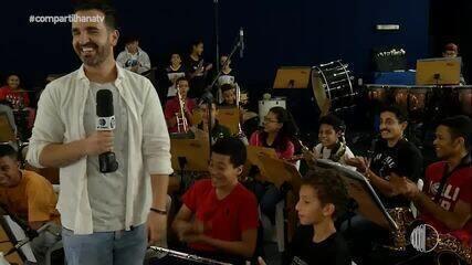 'Compartilha' promove encontro entre o Projeto Pequenos Músicos e o cantor Roger Santorini