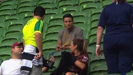 Torcedora vai com camisa do Flamengo a jogo de torcida única na arena do Palmeiras
