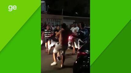 Leandro Carvalho é hostilizado por torcedores na saída da Arena Castelão